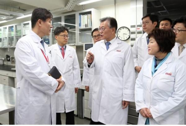 지난해 1월 당시 문재인 전 더불어민주당 대표가 서울 광진구에 위치한 대원제약 연구소를 방문했다. 사진= 문재인 블로그
