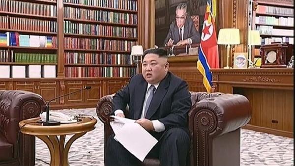 김정은 북한 국무위원장이 1일 노동당 중앙청사 집무실에서 소파에 앉아 2019년 신년사를 발표하고 있다. 사진=조선중앙TV 화면 캡처