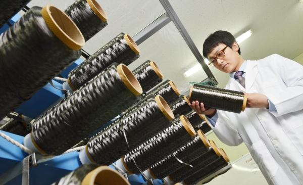 경기 안양에 위치한 효성 안양기술원에서 한 연구원이 효성첨단소재의 탄소섬유 제품을 살펴보고 있다. 사진= 효성