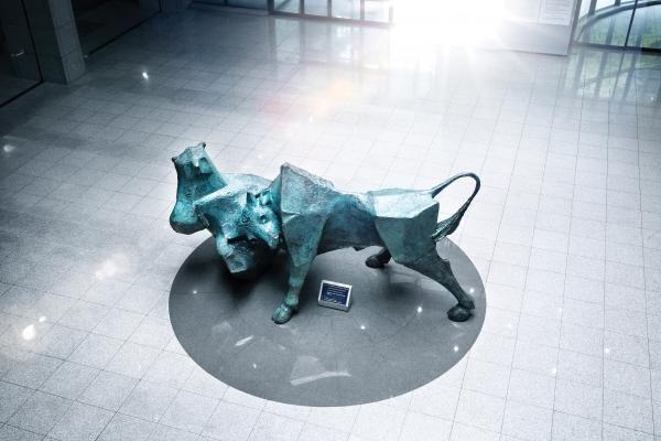서울 여의도에 위치한 한국거래소 서울사옥 신관로비에 설치된 소와 곰 조형물. 증시에서 소(Bull)는 상승장, 곰(Bear)은 하락장을 의미한다. 사진=한국거래소
