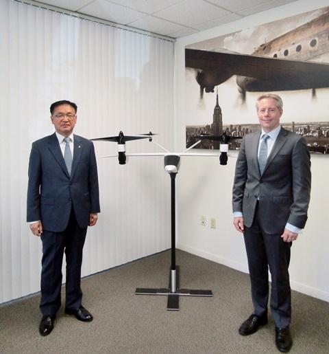 장시권 한화시스템 대표와 벤 티그너 K4 에어로노틱스 CEO 가 미 캘리포니아주(州) K4 에어로노틱스 본사에서 기념촬영을 하고 있다. (사진=한화시스템)